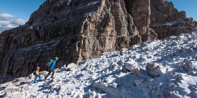 Schneeüberzuckerter Zustieg zum Klettersteig Bochette Alte, der auf über 3000 Meter Höhe führt. Foto: Ralf Gantzhorn