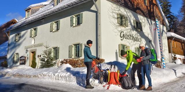 Das historische Zwieseler Waldhaus ist ein guter Ausgangspunkt fürs winterliche Erleben in der nordwestlichen Nationalparkecke. Foto: Joachim Chwaszcza