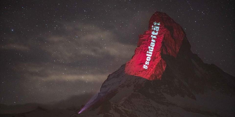 #solidarität, Beleuchtung am 25. März, Light Art: Gerry Hofstetter/Foto: Gabriel Perren