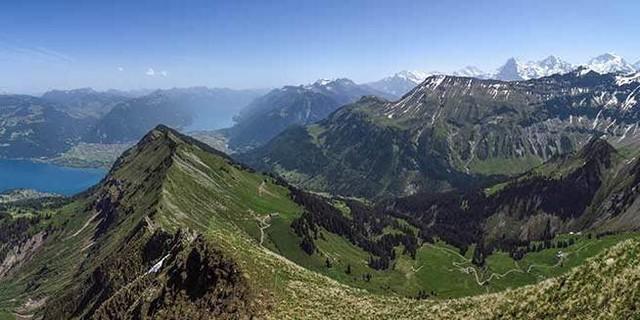 Große Berner Oberland-Übersicht vom Morgenberghorn: Thuner und Brienzer See, Eiger, Mönch und Jungfrau, Foto: Bernd Jung