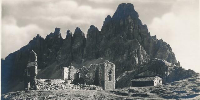 Das Alpenvereinstrauma - die Hütten in Südtirol werden enteignet. Die zerstörte Drei Zinnen-Hütte nach dem Ersten Weltkrieg. Archiv des ÖAV, Innsbruck