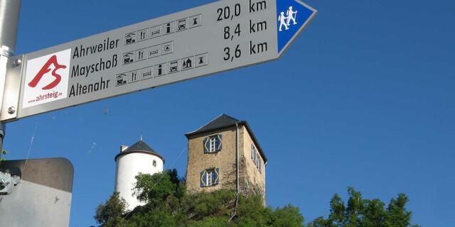 Kreuzberg mit seiner noch bewohnten Höhenburg. Foto: DAV/Klaus Herzmann
