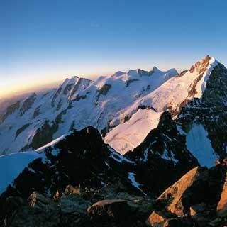 Gipfel mit Aussicht: Vom Piz Morteratsch überschaut man im Morgenrot die gesamte Bernina-Parade.
