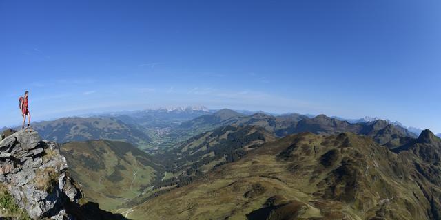 Allein für diesen Ausblick Richtung Kitzbühel lohnt es sich, auf den Tristkogel zu steigen. Foto: Andi Dick
