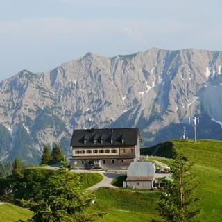 Viel Fläche für Gäste bietet das Rotwandhaus in den bayerischen Voralpen.
