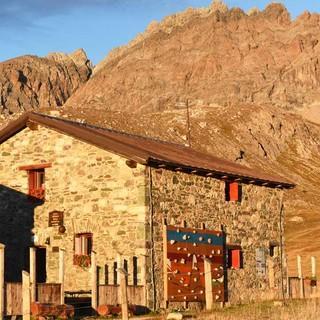 Eine schöne Bergkulisse und ein gutes Essen bietet das Rifugio Gardetta. Foto: Thorsten Brönner