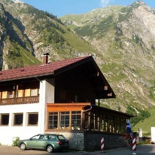 Das Oytalhaus ist ein beliebtes Ausflugsziel&#x3B; ab hier kann man mit Tretrollern zur Talstation der Nebelhornbahn abfahren. Foto: Gaby Funk
