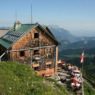 Das Purtschellerhaus steht zur Hälfte auf deutschem und zur Hälfte auf österreichischem Boden. Foto: Sepp König