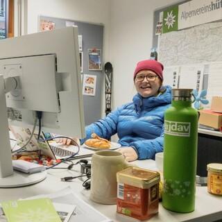 Ein Arbeitsplatz in der Bundesgeschäftsstelle für den digitalen BJLT. Foto: JDAV/ Raoul Taschinski