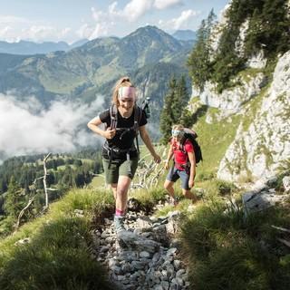 Auf schmalen Wegen kommt man sich oft näher als der Mindestabstand. Generell gilt: Bergauf hat Vorrang. Foto: DAV/Jens Klatt