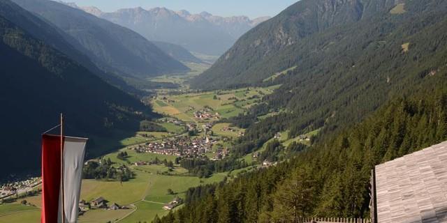 Schwörzer Alm - Jausenchance: Die Schwörzer Alm über dem Antholzer Tal böte nach einer Stunde schon eine Einkehrmöglichkeit.
