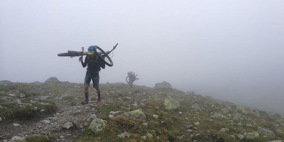 Wer sein Rad liebt....der trägt es bergauf, wie hier auf dem Anstieg zur Fuorcla Sesvenna. Foto: Carsten Schymik